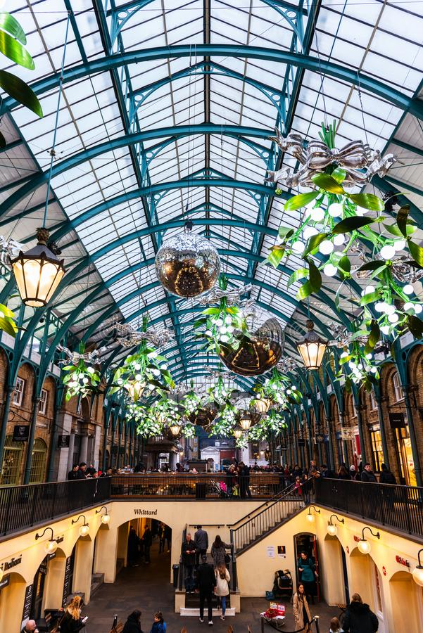 El mercado del jardín de Covent en Londres adornó para la Navidad fotografía de archivo