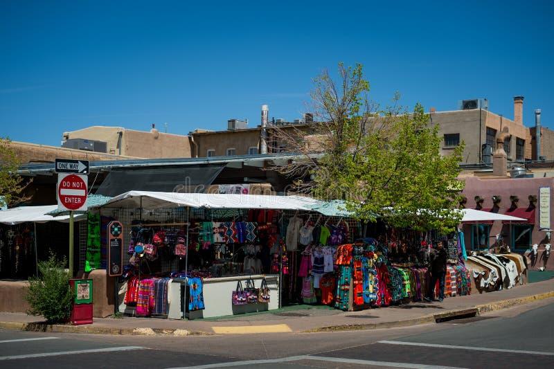 El mercado en Santa Fe, New México La ciudad creativa de Santa Fe In New Mexico con su multitud de galerías y de escultura foto de archivo
