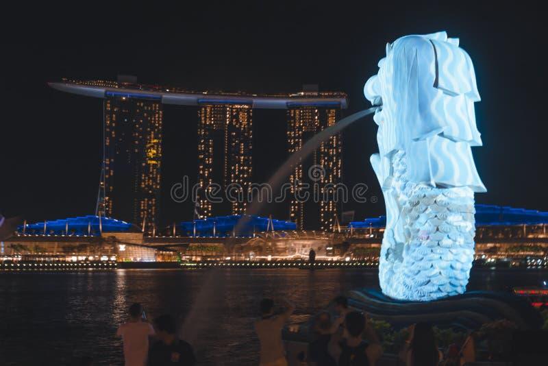 El Merlion que pasa por alto a Marina Bay Sands durante el iLight 2019 de Singapur imagenes de archivo
