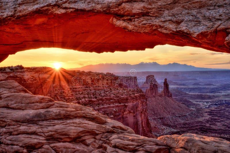 El Mesa arquea en la salida del sol, parque nacional de Canyonlands, Utah fotografía de archivo