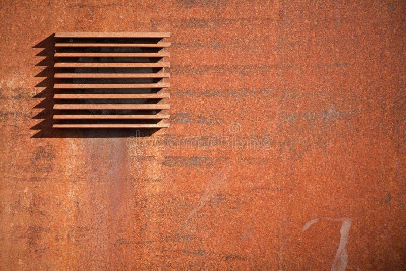 El metal aherrumbró pared con la ventilación foto de archivo