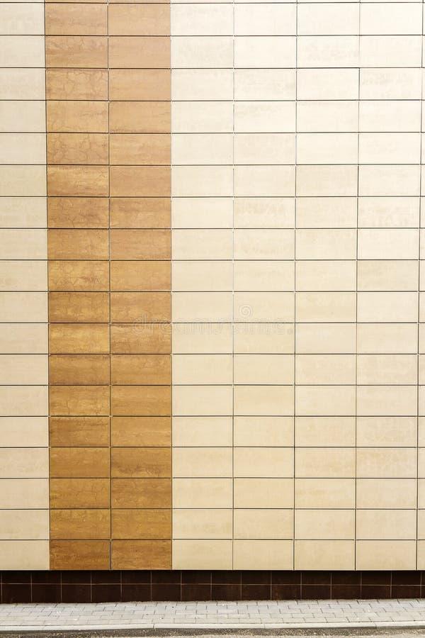 El metal beige moderno teja la pared imagen de archivo