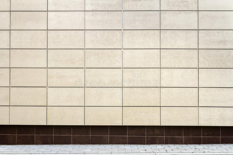 El metal beige moderno teja la pared fotos de archivo
