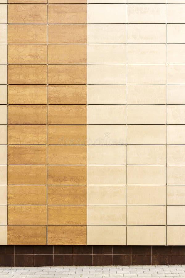 El metal beige moderno teja la pared fotos de archivo libres de regalías