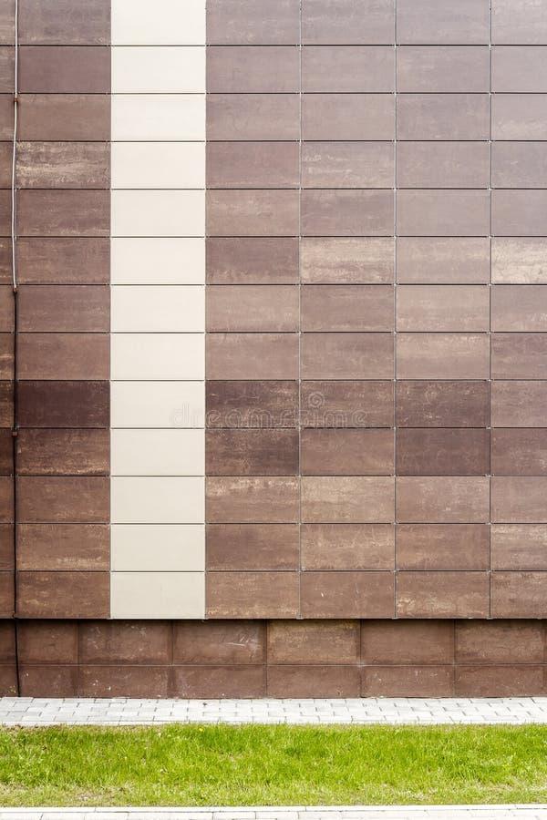 El metal beige moderno teja la pared imágenes de archivo libres de regalías