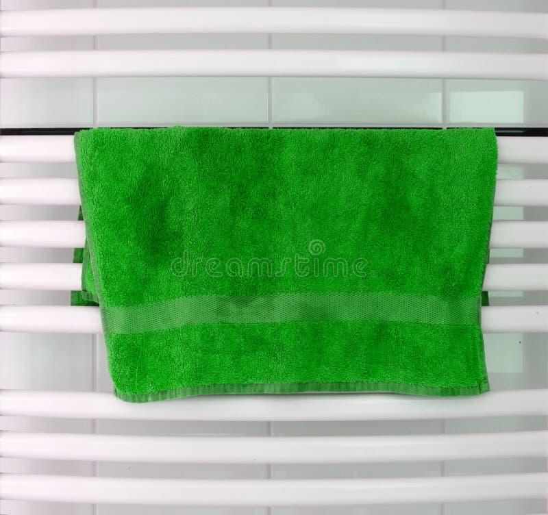 El metal blanco calentó el carril de toalla fijado en el cuarto de baño fotos de archivo
