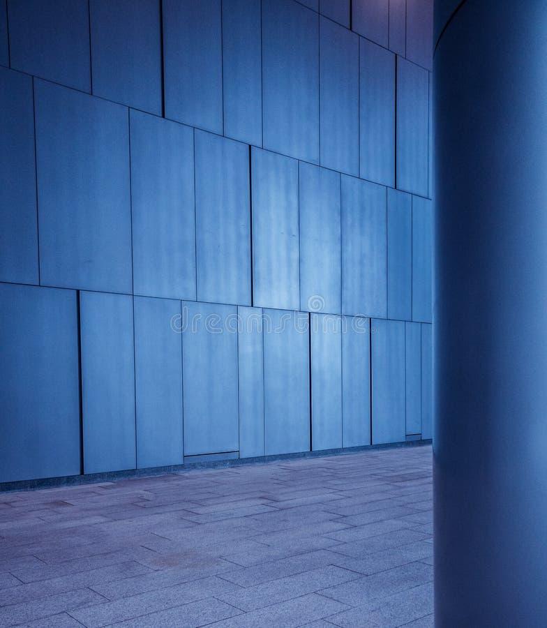 El metal cepillado tejó los paneles pared y el fondo de la columna en arquitectura futurista moderna foto de archivo