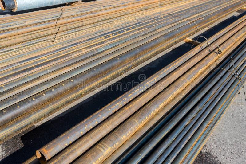 El metal instala tubos horizontalmente foto de archivo