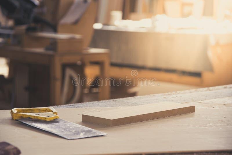 El metal vio para la madera en el banco de trabajo del carpintero Taller de la carpintería Carpintero Tools Concepto del serrín D foto de archivo