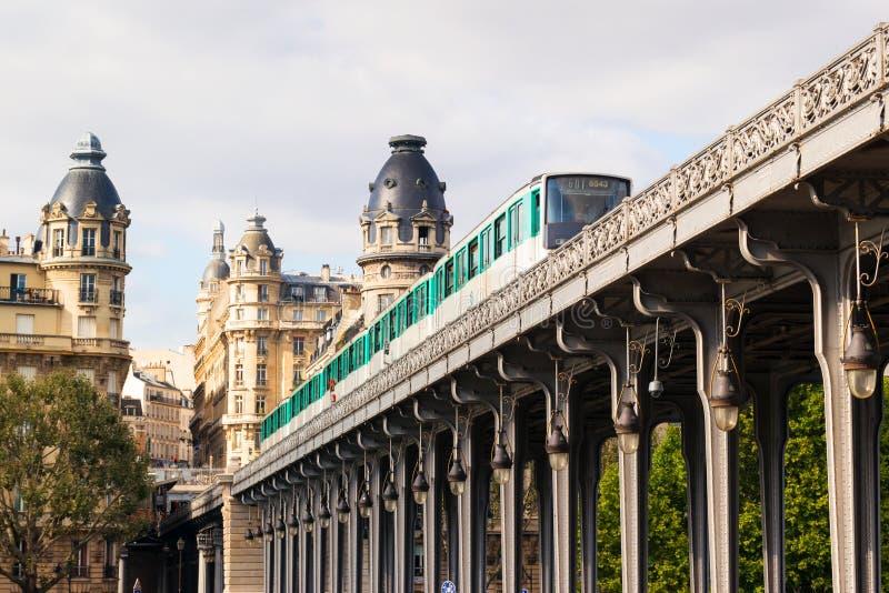 El metro corre arriba entre los edificios en París imagen de archivo libre de regalías