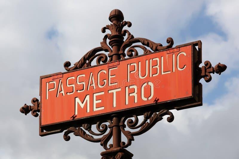 El metro del vintage firma adentro París en la entrada de la estación de metro foto de archivo