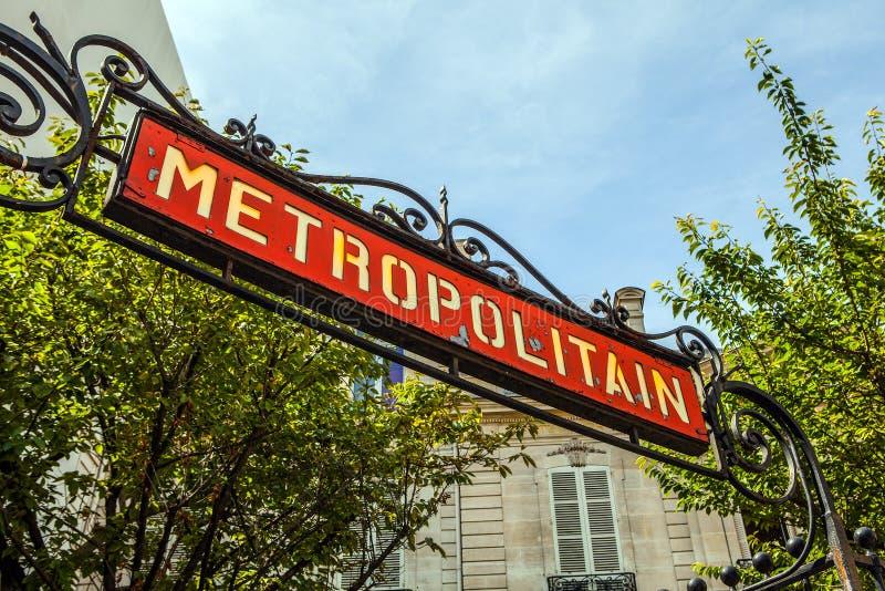 El metro tradicional firma adentro París, Francia imagen de archivo