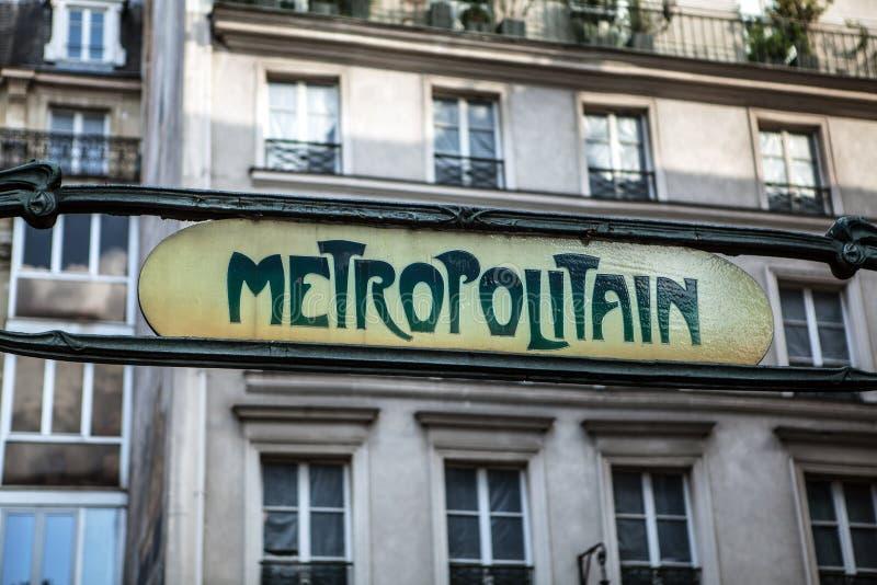 El metro tradicional firma adentro París, Francia fotografía de archivo libre de regalías