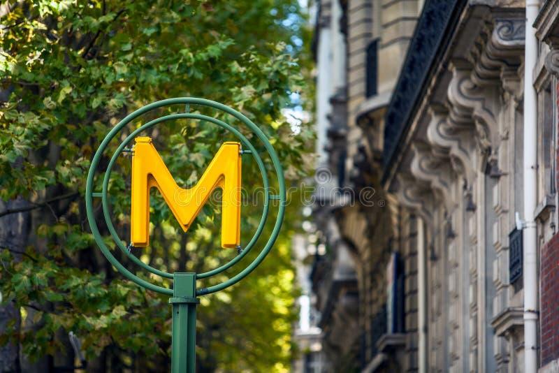 El metro tradicional firma adentro París, Francia imagenes de archivo