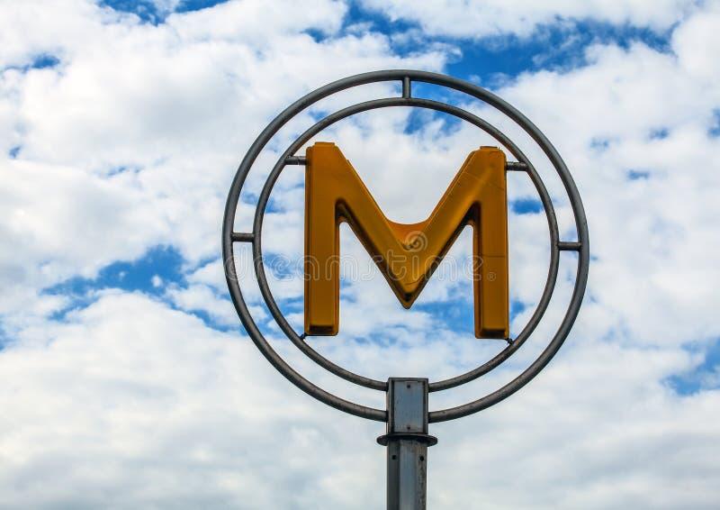 El metro tradicional firma adentro París, Francia imágenes de archivo libres de regalías