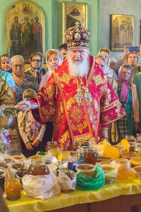 El metropolitano celebró la liturgia divina en la iglesia ortodoxa rusa imágenes de archivo libres de regalías