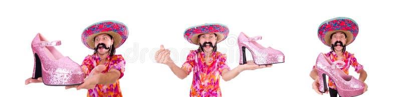 El mexicano divertido con el zapato de la mujer en blanco fotos de archivo libres de regalías