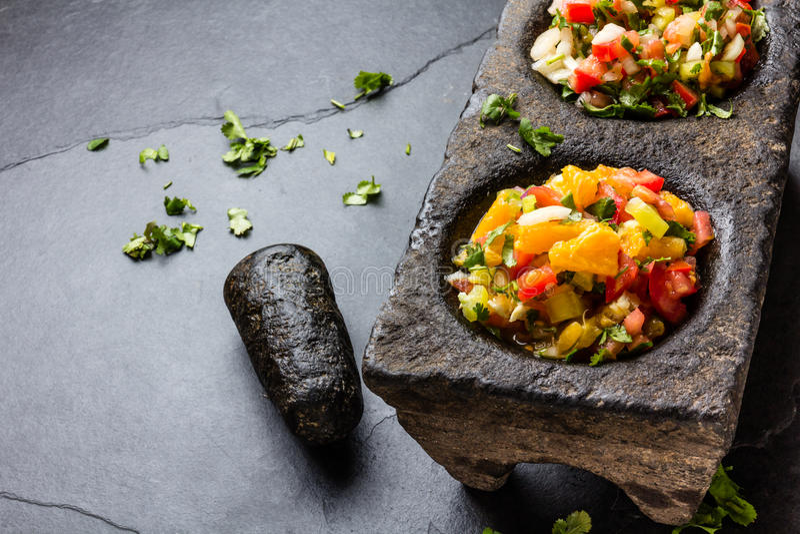 El mexicano famoso sauces las salsas - pico de Gallo, mexicana del bandera de la salsa en los morteros de piedra en fondo gris de fotos de archivo