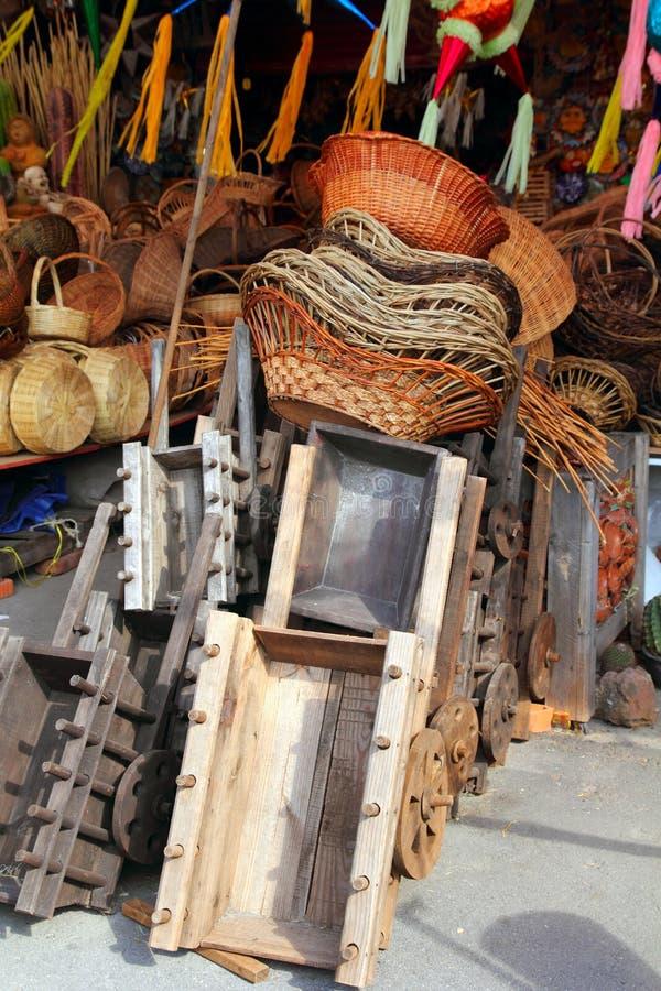 El mexicano handcrafts pinatas de los carros de madera de la cestería imagenes de archivo