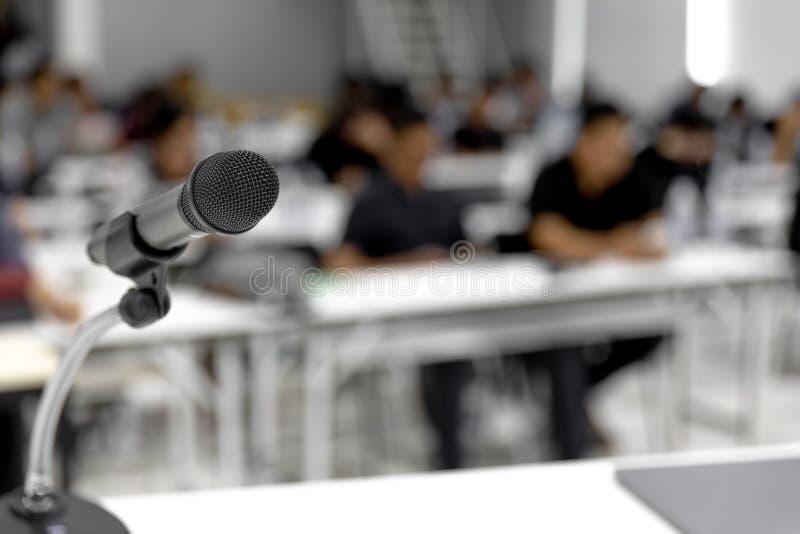 El micrófono está situado en la sala de reunión blanca de la conferencia o fotos de archivo libres de regalías