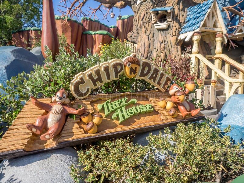 El microprocesador y la casa en el árbol de Dale en la sección de Toontown del Disneyland parquean fotografía de archivo libre de regalías