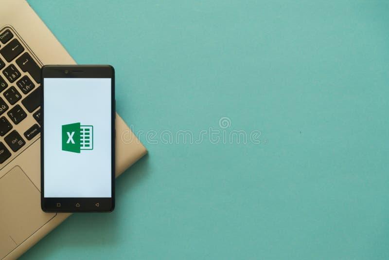 El Microsoft Office sobresale el logotipo en el smartphone colocado en el teclado del ordenador portátil fotografía de archivo libre de regalías