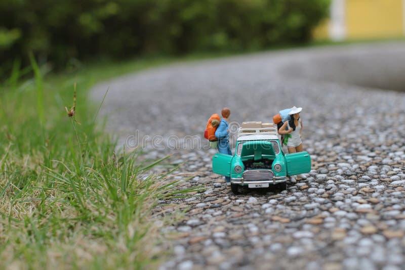 el mini caminar del viajero de la mochila del caminante del grupo imagenes de archivo
