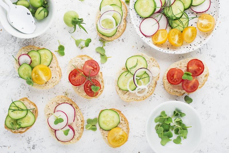 El mini mercado vegetal del granjero de la tostada clasificó las verduras blancas del baguette con riyette de los pescados adorna imagen de archivo