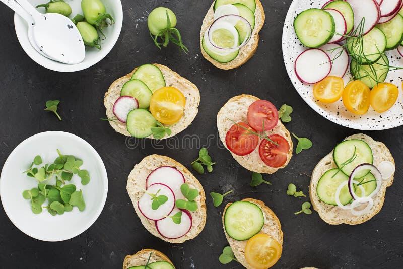 El mini mercado vegetal del granjero de la tostada clasificó las verduras blancas del baguette con riyette de los pescados adorna foto de archivo libre de regalías