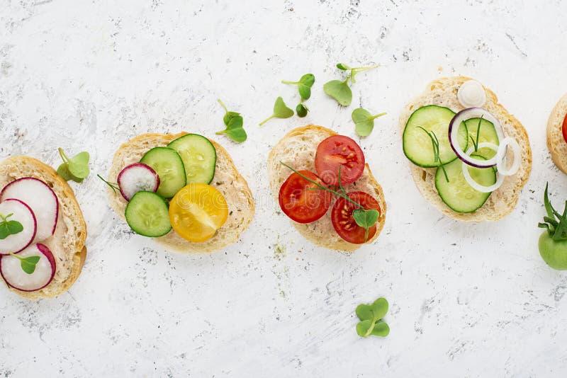 El mini mercado vegetal del granjero de la tostada clasificó las verduras blancas del baguette con riyette de los pescados adorna imagen de archivo libre de regalías