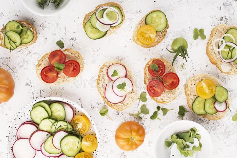El mini mercado vegetal del granjero de la tostada clasificó las verduras blancas del baguette con riyette de los pescados adorna fotografía de archivo
