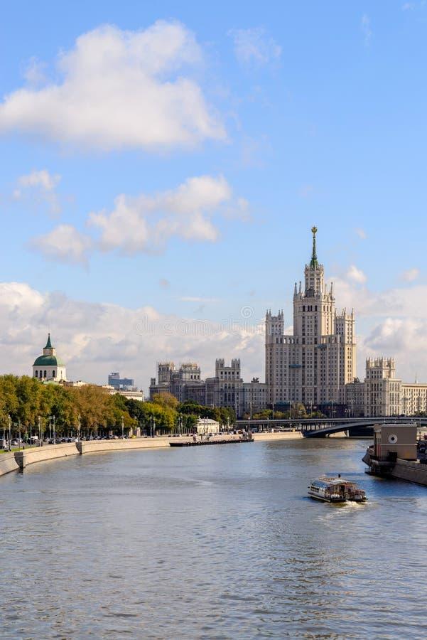 El Ministerio de Asuntos Exteriores buiding en Moscú, Rusia Visión desde el río de Moscú fotografía de archivo libre de regalías
