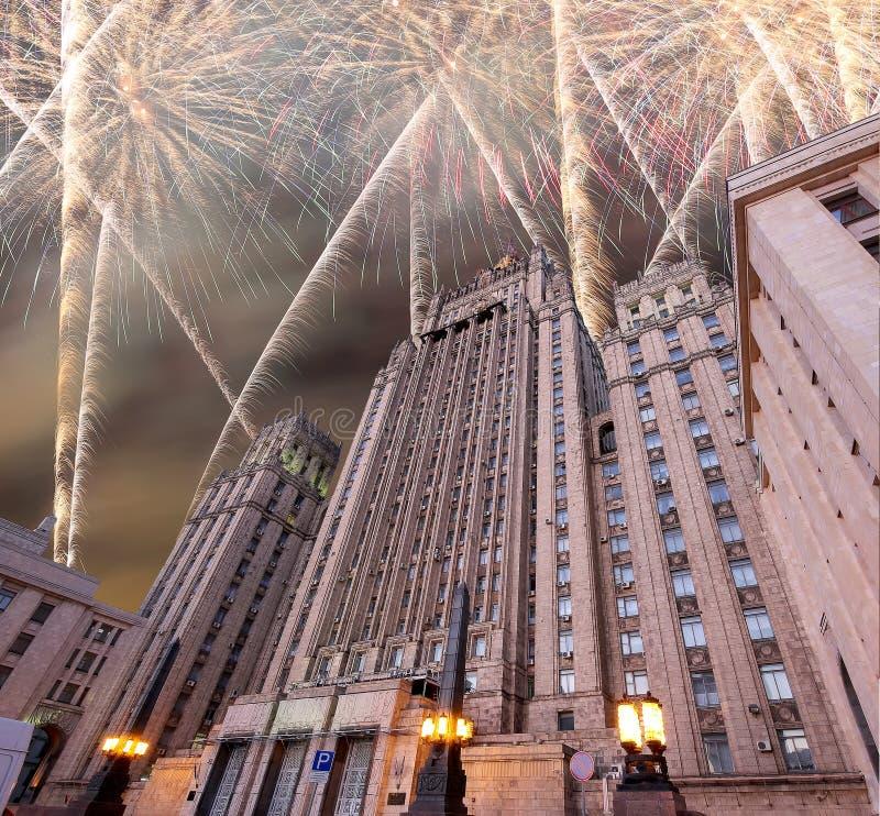 El Ministerio de Asuntos Exteriores de la Federación Rusa y de los fuegos artificiales, Moscú, Rusia imágenes de archivo libres de regalías