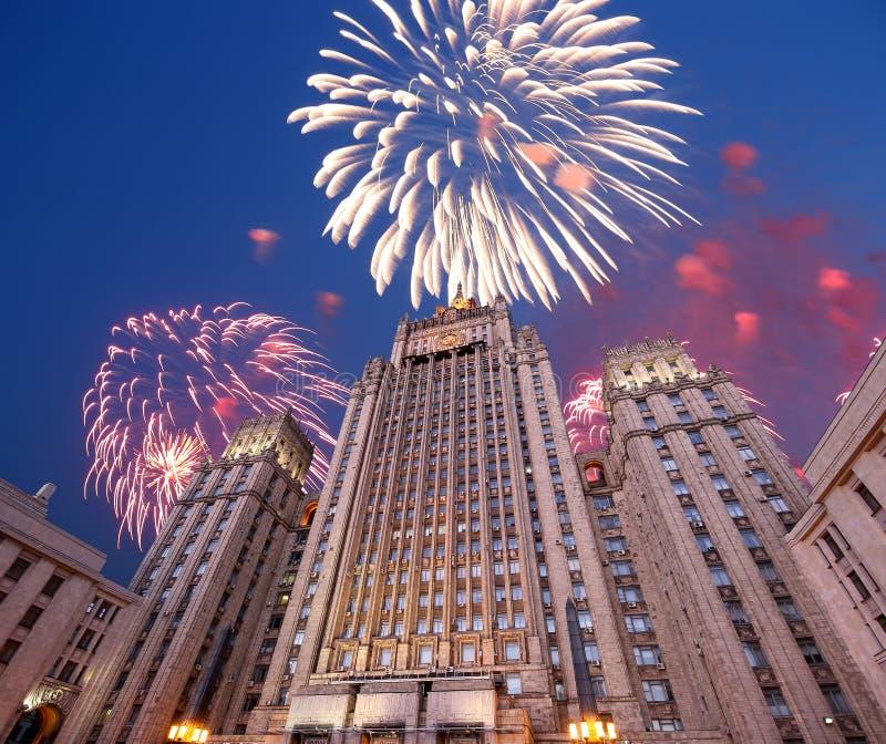 El Ministerio de Asuntos Exteriores de la Federación Rusa y de los fuegos artificiales, Moscú, Rusia fotografía de archivo libre de regalías