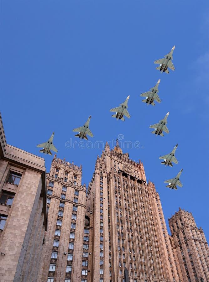 El Ministerio de Asuntos Exteriores de la Federación Rusa y los aviones militares rusos vuelan en la formación, Moscú, Rusia imagen de archivo
