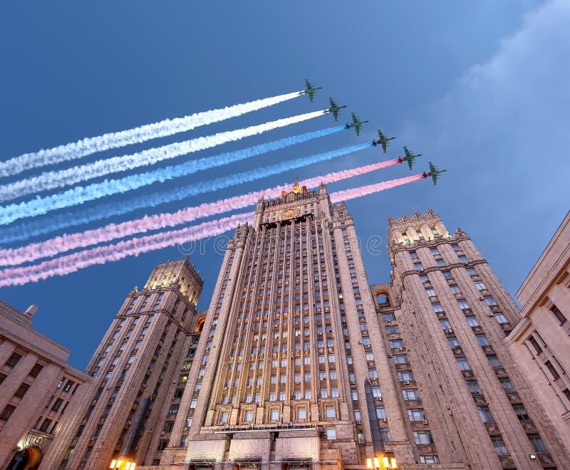 El Ministerio de Asuntos Exteriores de la Federación Rusa y los aviones militares rusos vuelan en la formación, Moscú, Rusia imagenes de archivo