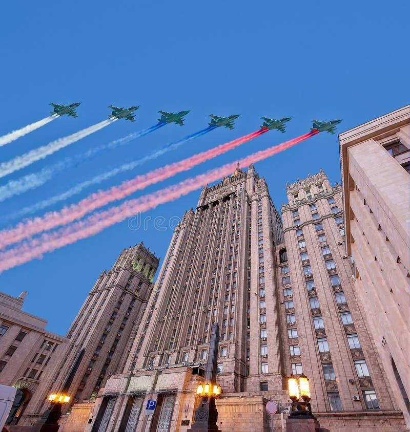El Ministerio de Asuntos Exteriores de la Federación Rusa y los aviones militares rusos vuelan en la formación, Moscú, Rusia foto de archivo