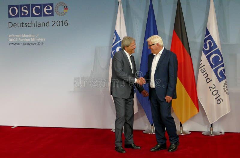 El Ministro de Asuntos Exteriores federal Dr Frank-Walter Steinmeier acoge con satisfacción a Paolo Gentiloni fotografía de archivo