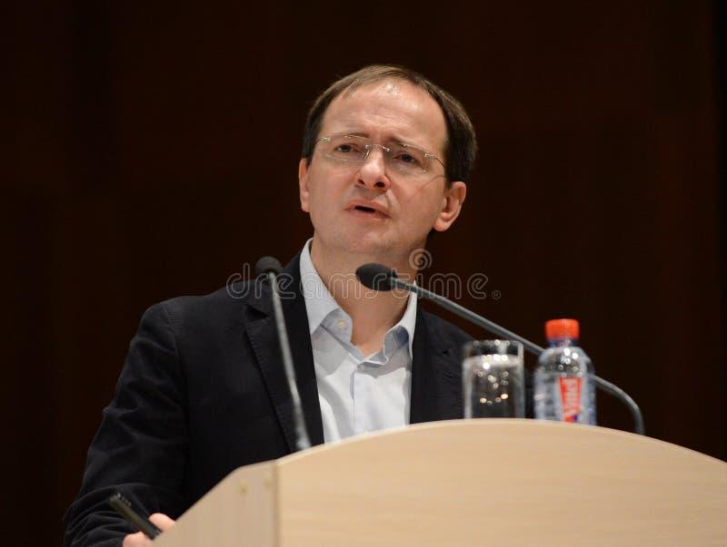 El ministro de la cultura de la Federación Rusa Vladimir Medinsky está dando una conferencia en Kaluga foto de archivo