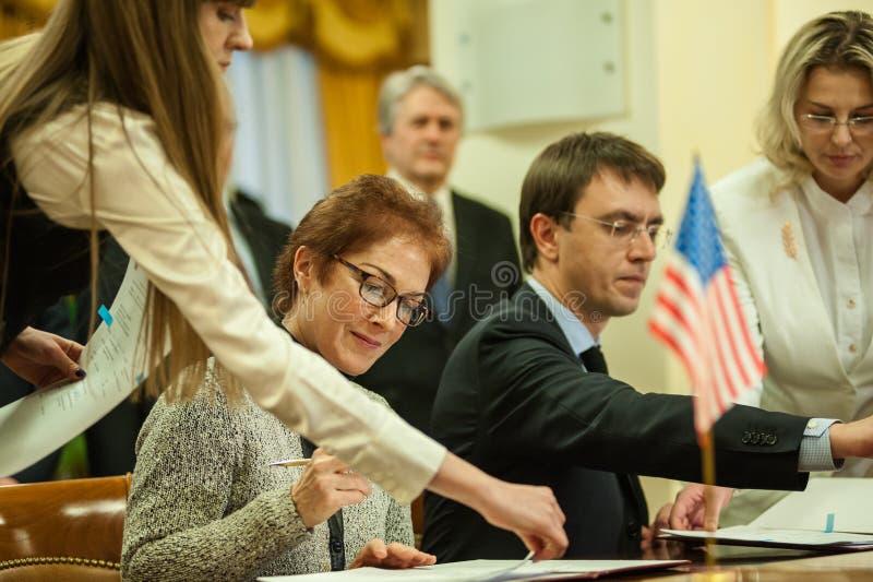 El ministro de la infraestructura de Ucrania y del embajador de los E.E.U.U. en Ucrania firmó un memorándum imagenes de archivo