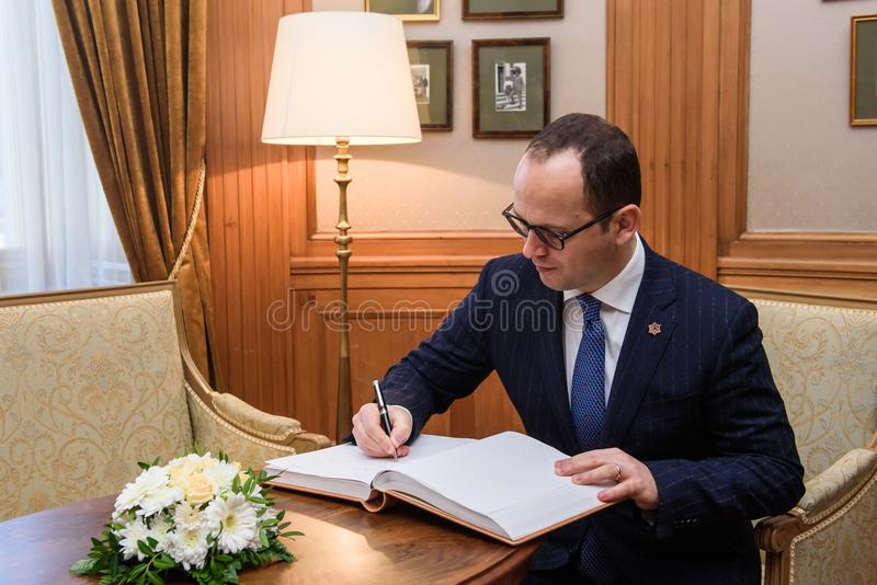 El ministro de los asuntos exteriores albanés Ditmir Bushati firma en el libro de visitas imagen de archivo libre de regalías
