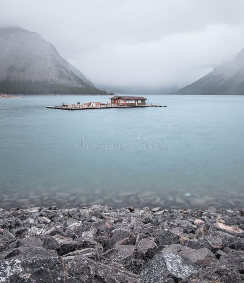 El minnewanka del lago tiene tanto historia y belleza fotografía de archivo libre de regalías