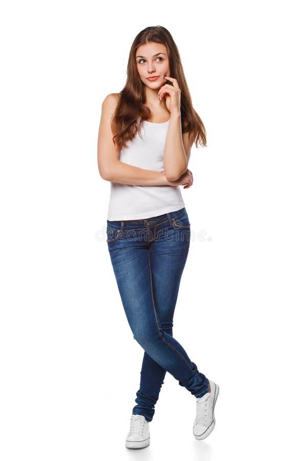 El mirar de pensamiento de la mujer hermosa joven al lado el espacio en blanco de la copia, integral, aislado sobre el fondo blan foto de archivo