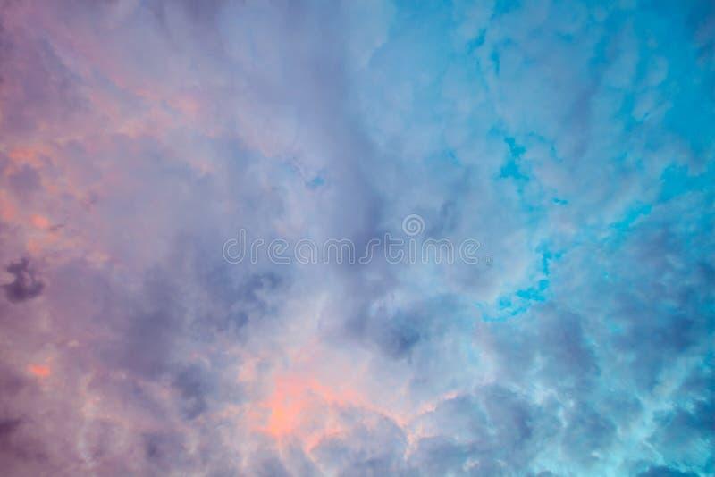 El mirar derecho para arriba las nubes foto de archivo libre de regalías