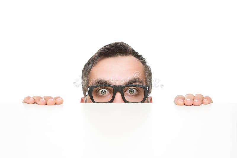 El mirar a escondidas del empollón foto de archivo