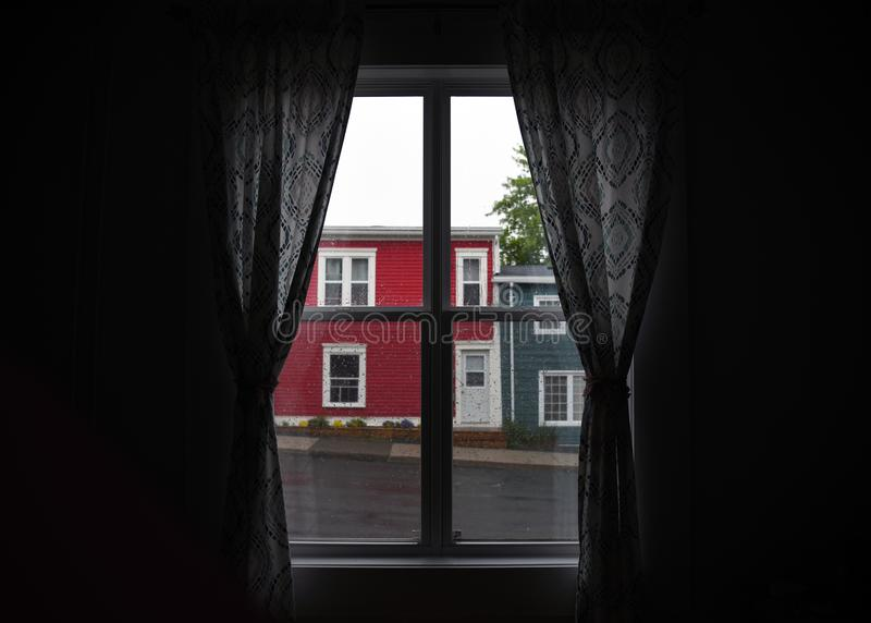El mirar hacia fuera el tiempo lluvioso a través de la ventana imágenes de archivo libres de regalías