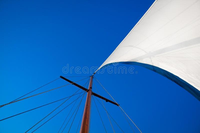 El mirar para arriba el mástil del barco fotografía de archivo libre de regalías