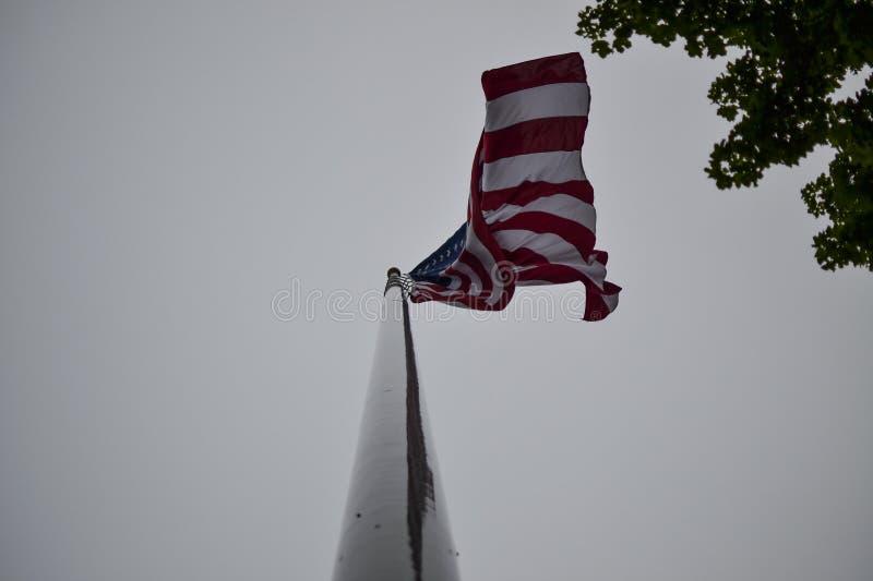 El mirar para arriba la bandera americana fotografía de archivo