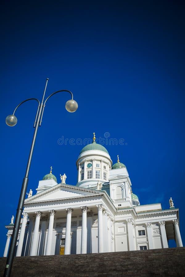 El mirar para arriba la catedral de Helsinki en cuadrado del senado imagen de archivo libre de regalías