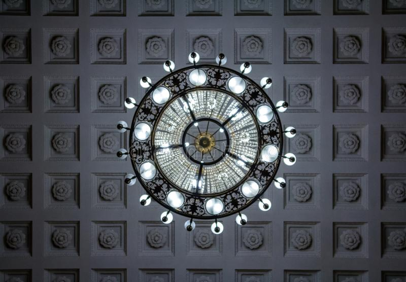 El mirar para arriba la lámpara cristalina Limpie el fondo Rico theat fotos de archivo